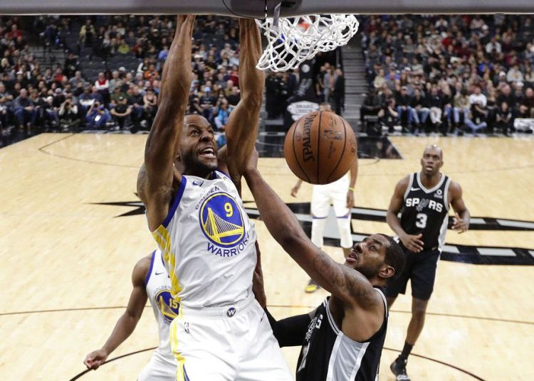 El escolta de los Warriors de Golden State, Andre Iguodala, anota por encima del alero de los Spurs de San Antonio, LaMarcus Aldridge, en la primera mitad del juego del domingo 18 de noviembre de 2018 en San Antonio. Foto: Eric Gay / AP.