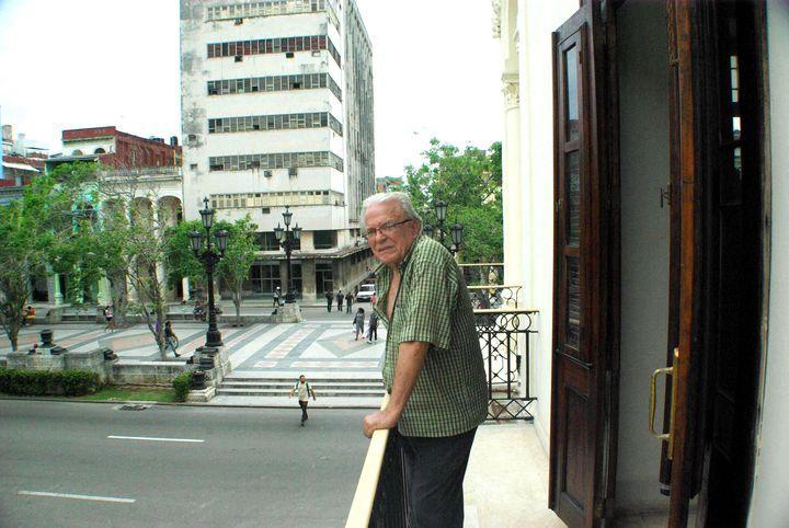 Antón Arrufat en su casa en la calle Refugio. Foto: Ángel Marqués Dolz.