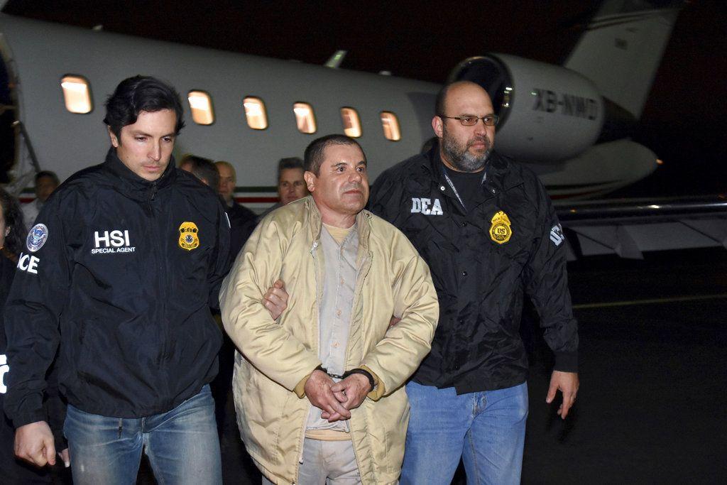 """En esta fotografía del 19 de enero de 2017 dos agentes escoltan a Joaquín """"El Chapo"""" Guzmán de un avión hacia una caravana de camionetas en el Aeropuerto MacArthur de Long Island, en Ronkonkoma, Nueva York. (U.S. Law Enforcement vía AP, archivo)"""