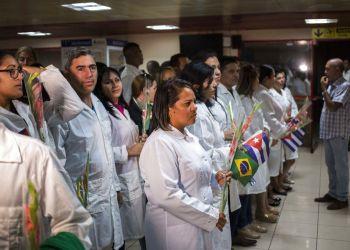 Médicos cubanos que trabajaban en Brasil, después de aterrizar en La Habana el viernes 23 de noviembre de 2018. Foto: Desmond Boylan / AP.