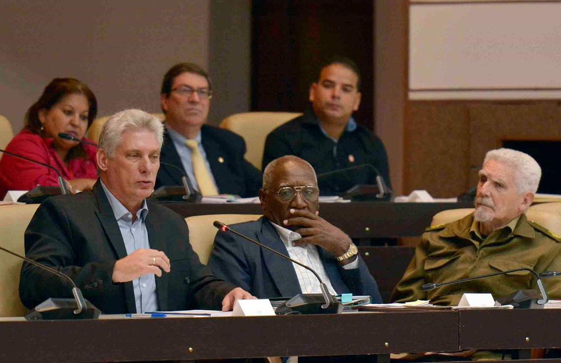 El presidente cubano, Miguel Díaz-Canel (izq), en la sesión plenaria de la Asamblea Nacional de Cuba el 18 de diciembre de 2018. Foto: @AsambleaCuba / Twitter / Archivo.