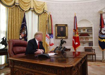 El presidente Donald Trump hace una pausa mientras habla con miembros de las fuerzas armadas en una videoconferencia el martes 25 de diciembre de 2018 desde la Casa Blanca. Foto: Jacquelyn Martin / AP.