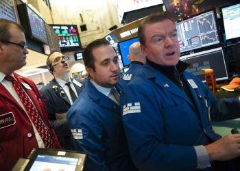 La Bolsa de Valores de Nueva York (Wall Street) reacciona a los comentarios y amenazas de Donald Trump. Foto: Mark Lennihan / AP.