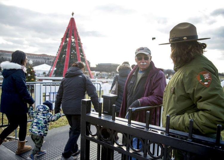 Empleados del Servicio de Parques Nacionales abren el acceso al Árbol Nacional de Navidad cerca de la Casa Blanca el lunes 24 de diciembre de 2018. Foto: Andrew Harnik / AP.
