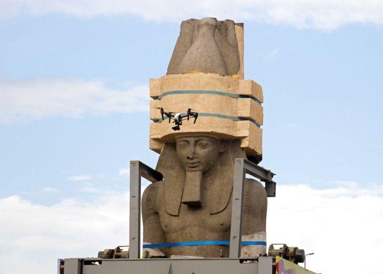 Un dron sobrevolando alrededor de una enorme estatua del faraón Ramsés II mientras es reubicado al Gran Museo Egipcio, en El Cairo, Egipto. Foto: Amr Nabil / AP.