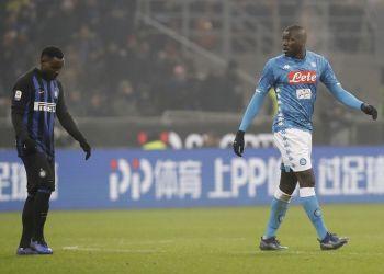En esta imagen del miércoles 26 de diciembre de 2018, Kalidou Koulibaly, del Napoli, sale de la cancha después de ser expulsado del duelo ante el Inter de Milán en el Estadio de San Siro, en Milán. (AP Foto/Luca Bruno, Archivo)