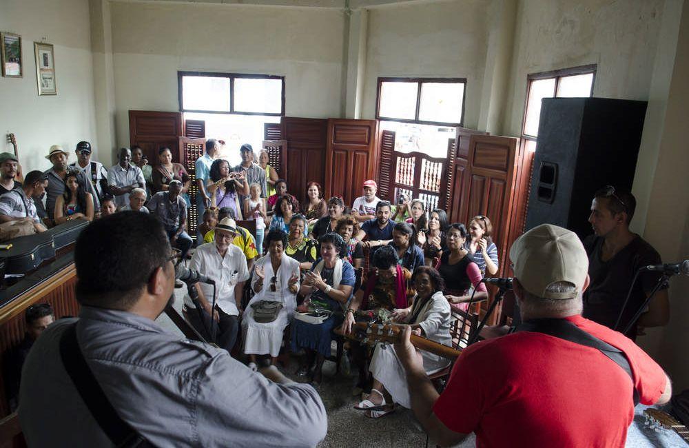 Lino Betancour (en el público, de camisa blanca y con su infaltable sombrero) en el Festival de la Trova de Santiago de Cuba. Foto: Enrique Smith.