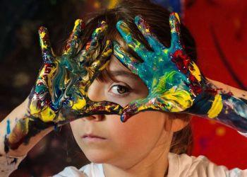"""Fotografía cedida por Kids Basel, donde aparece Aelita Andre, una australiana de 11 años que presentará un exposición individual titulada """"Infinite Wonder"""" como parte del programa Wonder Kids Basel, en Miami. Foto: EFE / Kids Basel."""