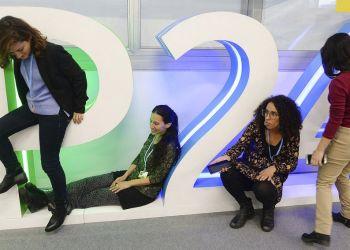Participantes en cumbre del clima de Naciones Unidas se toman fotografías con el logo de la COP24, en Katowice, Polonia, el 11 de diciembre de 2018. Foto: Czarek Sokolowski / AP.