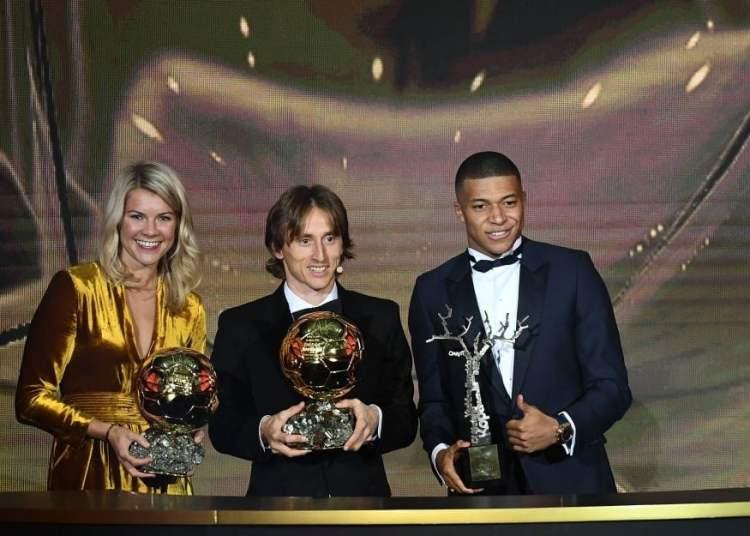 Ada Hegerberg, Luka Modric y Kylian Mbappé fueron los premiados en la Gala del Balón de Oro de la revista France Football. Foto: Getty Images