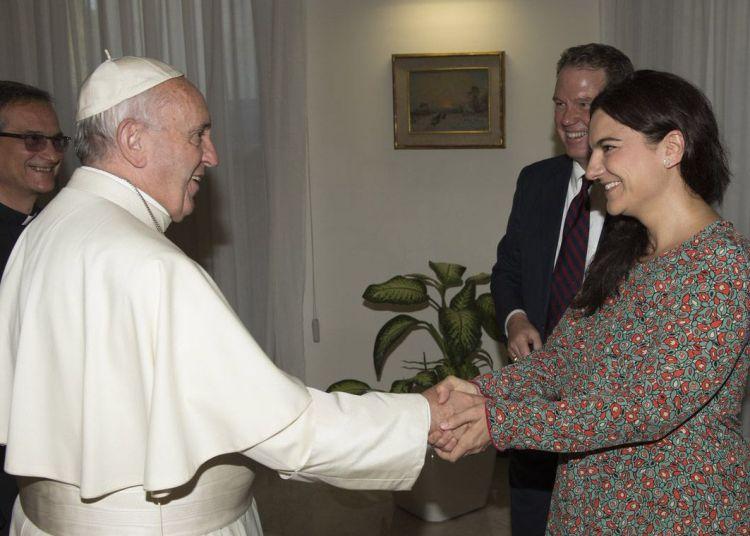 El Papa Francisco saluda a Paloma García Ovejero, adjunta del portavoz del Vaticano, quien renunció sorpresivamente junto a su jefe, el vocero Greg Burke. Este aparece detrás de ella en la imagen. Foto: @NotiCatolico / Twitter.