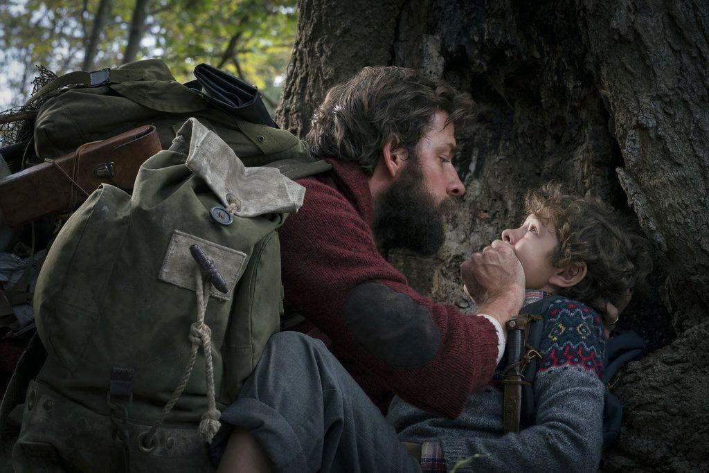 """En esta imagen difundida por Paramount Pictures, John Krasinski, a la izquierda, y Noah Jupe en una escena de """"A Quiet Place"""". (Jonny Cournoyer/Paramount Pictures vía AP)"""