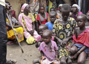 Un grupo de mujeres sursudanesas con sus hijos en la localidad de Bentiu, situada cerca de la frontera con Sudán. Foto: Sam Mednick / AP.