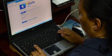 Un hombre navega en Internet en su vivienda en la calle de Amargura y Mercaderes, uno de los sitios seleccionado para la prueba piloto de conexión a internet desde los hogares, en el barrio de La Habana Vieja, en La Habana, en diciembre de 2016. Foto: Joaquín Hernández/Xinhua.