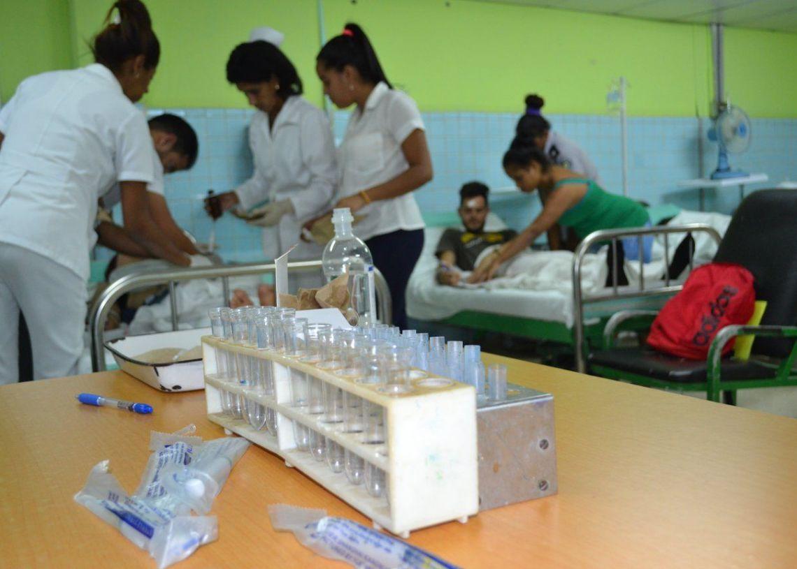Personal médico atiende a los accidentados en el hospital Dr. Agostinho Neto. Foto tomada del perfil de facebook de la periodista Lilibeth Alfonso Martínez.