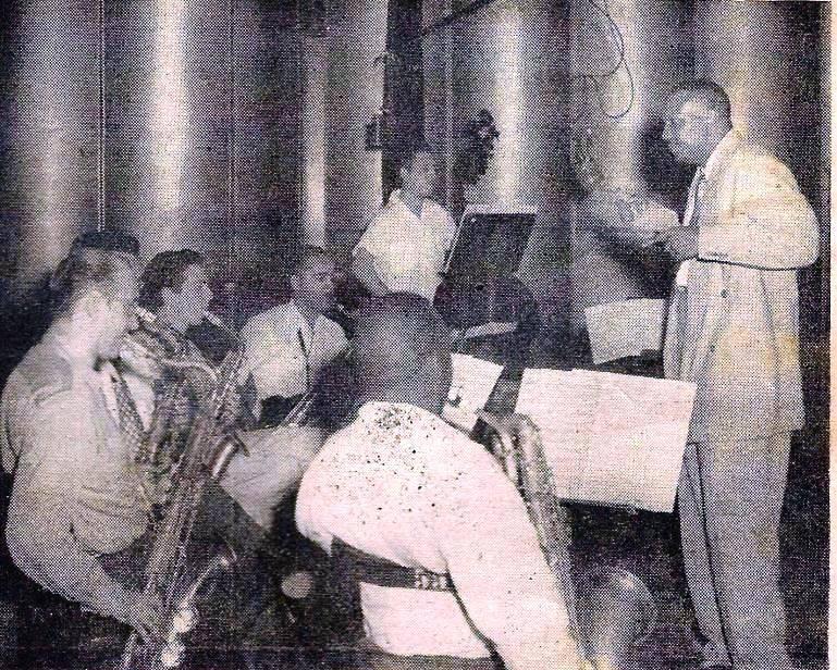 Bebo Valdés ensayando con la orquesta del Batanga en estudios RHC Cadena Azul. 1950.