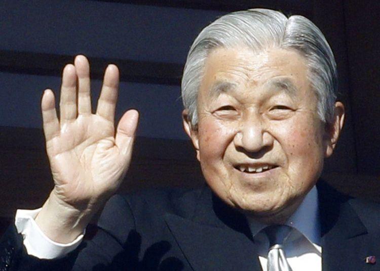 El emperador de Japón, Akihito, saluda desde el balcón del Palacio Imperial durante su tradicional aparición de Año Nuevo, en Tokio, el 2 de enero de 2019. Foto: Eugene Hoshiko / AP.