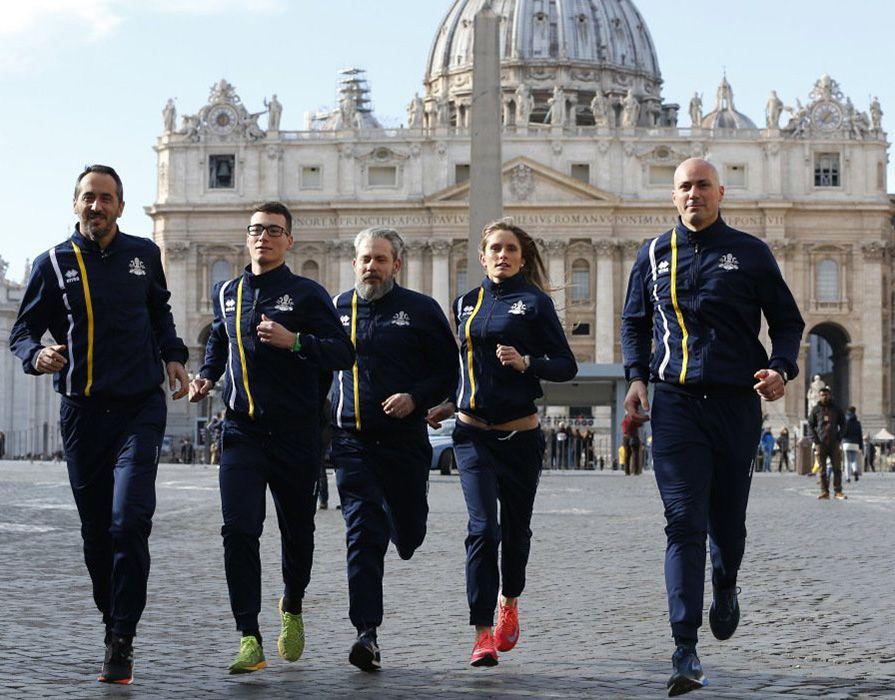 Miembros del equipo de atletismo del Vaticano. Foto: @elchiringuitotv / Twitter.