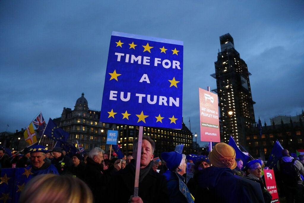 Manifestantes proeuropeos se concentran en la Plaza del Parlamento, Londres, 15 de enero de 2019. (AP Foto/Frank Augstein)
