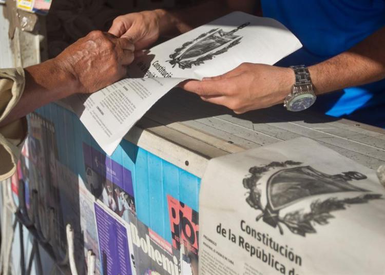 Versión impresa la propuesta de nueva Constitución en un estanquillo de la calle 23. Foto: Yander Zamora / EFE.