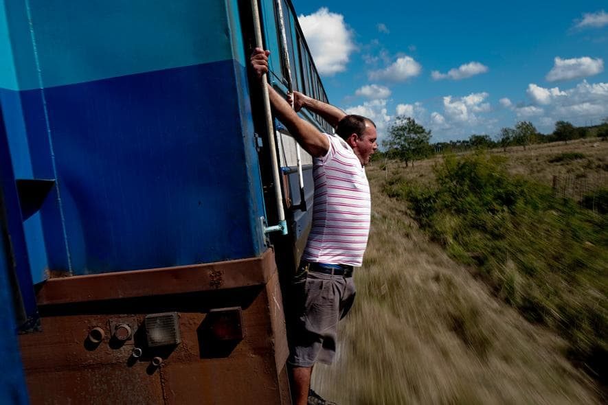 Un tren circula por el campo en dirección a San Antonio de los Baños desde La Habana. Foto: Eliana Aponte.