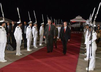 El presidente cubano, Miguel Díaz-Canel (c-i), a su llegada a Venezuela el 9 enero de 2019, junto a Ricardo Menéndez, vicepresidente de Planificación del gobierno venezolano. Foto: @DiazCanelB / Twitter.