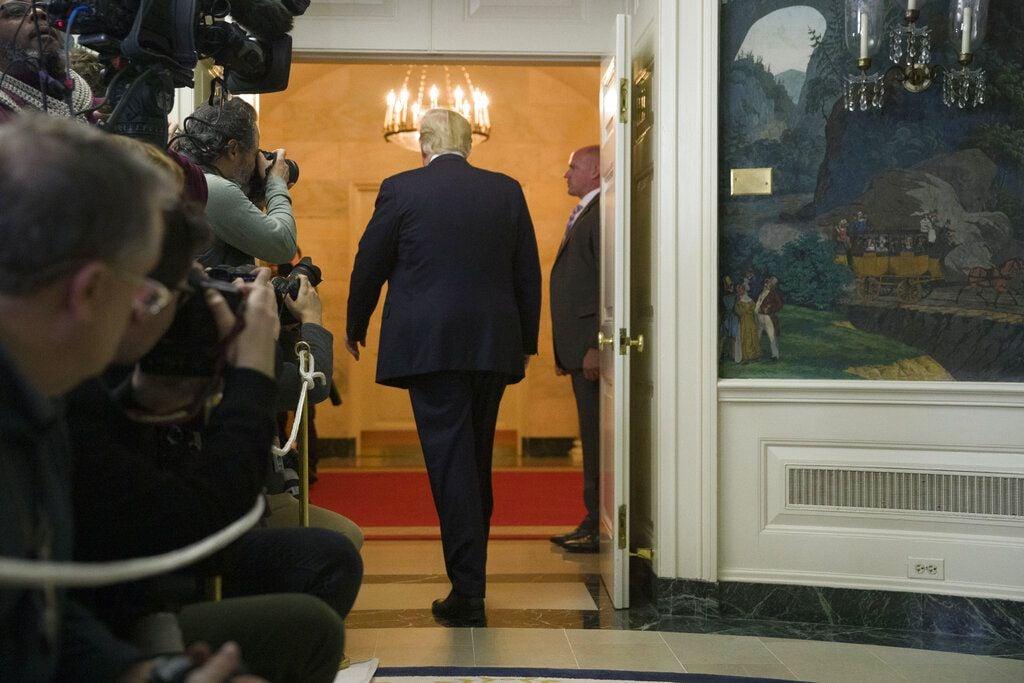 El presidente Donald Trump sale de la sala después de hablar sobre el cierre parcial del gobierno, migración y seguridad fronteriza en la Casa Blanca, el sábado 19 de enero de 2018 en Washington. (AP Foto/Alex Brandon)