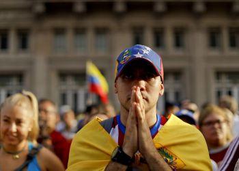 Un manifestante venezolano participa en una protesta contra el gobierno de su país en Buenos Aires, el miércoles 23 de enero de 2019. Foto: Natacha Pisarenko / AP.