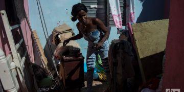 Danaisy Alfonso en su casa en Guanabacoa, pocos días después de ser seriamente dañada por el tornado del 27 de enero de 2019. Foto: Otmaro Rodríguez.