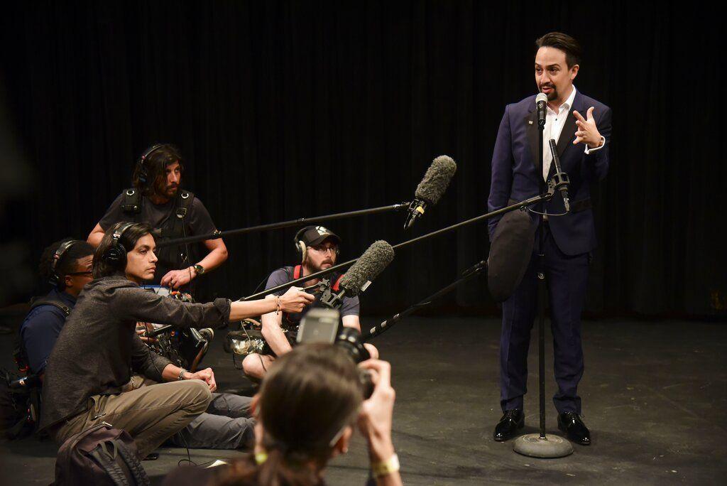 Lin-Manuel Miranda habla con los medios en una conferencia de prensa tras la primera presentación de la obra en el Centro de Bellas Artes de Santurce, en San Juan, Puerto Rico, el viernes 11 de enero de 2019. Foto: Carlos Giusti / AP.