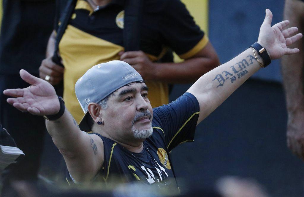 En esta foto del 10 de septiembre de 2018, Diego Maradona se despide de los aficionados tras un entrenamiento de los Dorados de Sinaloa, en Culiacán, México. Foto: Marco Ugarte / AP / Archivo.