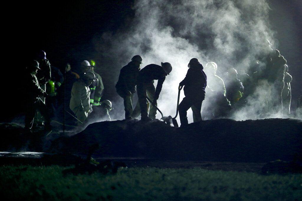 Personal de Pemex, Petróleos Mexicanos, trabaja en la zona donde explotó una toma ilegal de gasolina en un ducto en Tlahuelilpan, estado de Hidalgo, México, sábado 19 de junio de 2019. Una gran bola de fuego mató a al menos 66 personas, y había decenas de heridos y desaparecidos. (AP Foto/Claudio Cruz)