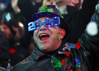 Un hombre festeja la llegada de 2019 bajo una lluvia de confeti durante la celebración del Año Nuevo en Times Square, Nueva York, el 1 de enero de 2019. (AP Foto/Adam Hunger)