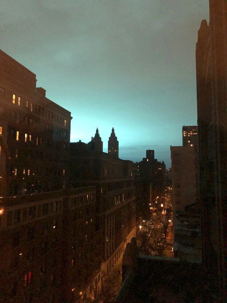 Esta fotografía muestra un tono azul en el cielo de Nueva York, el jueves 27 de diciembre de 2018. La policía indicó que se debió al estallido de un transformador. (AP Foto/Jay Reeves)