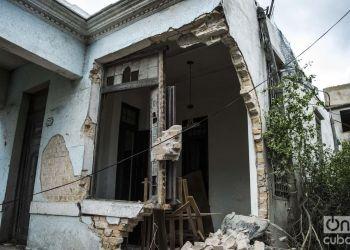 Vista de una calle de la barriada de Luyanó, un día después del tornado que azotó La Habana. Foto: Otmaro Rodríguez.