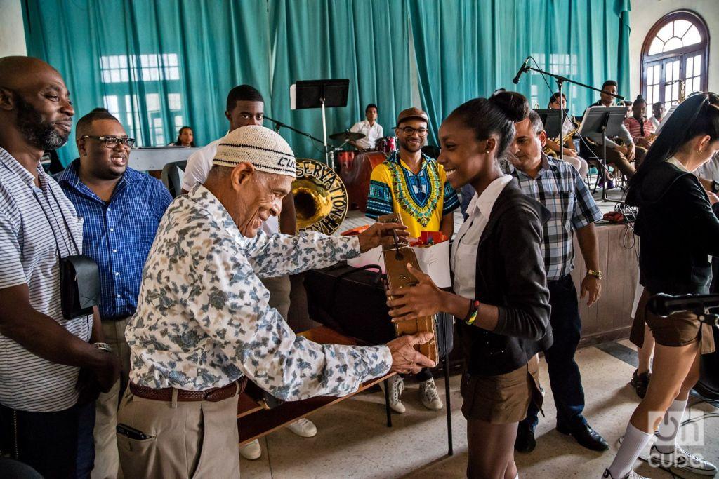 Donación de instrumentos a estudiantes de música en Cuba en 2017. Foto: David Garten.