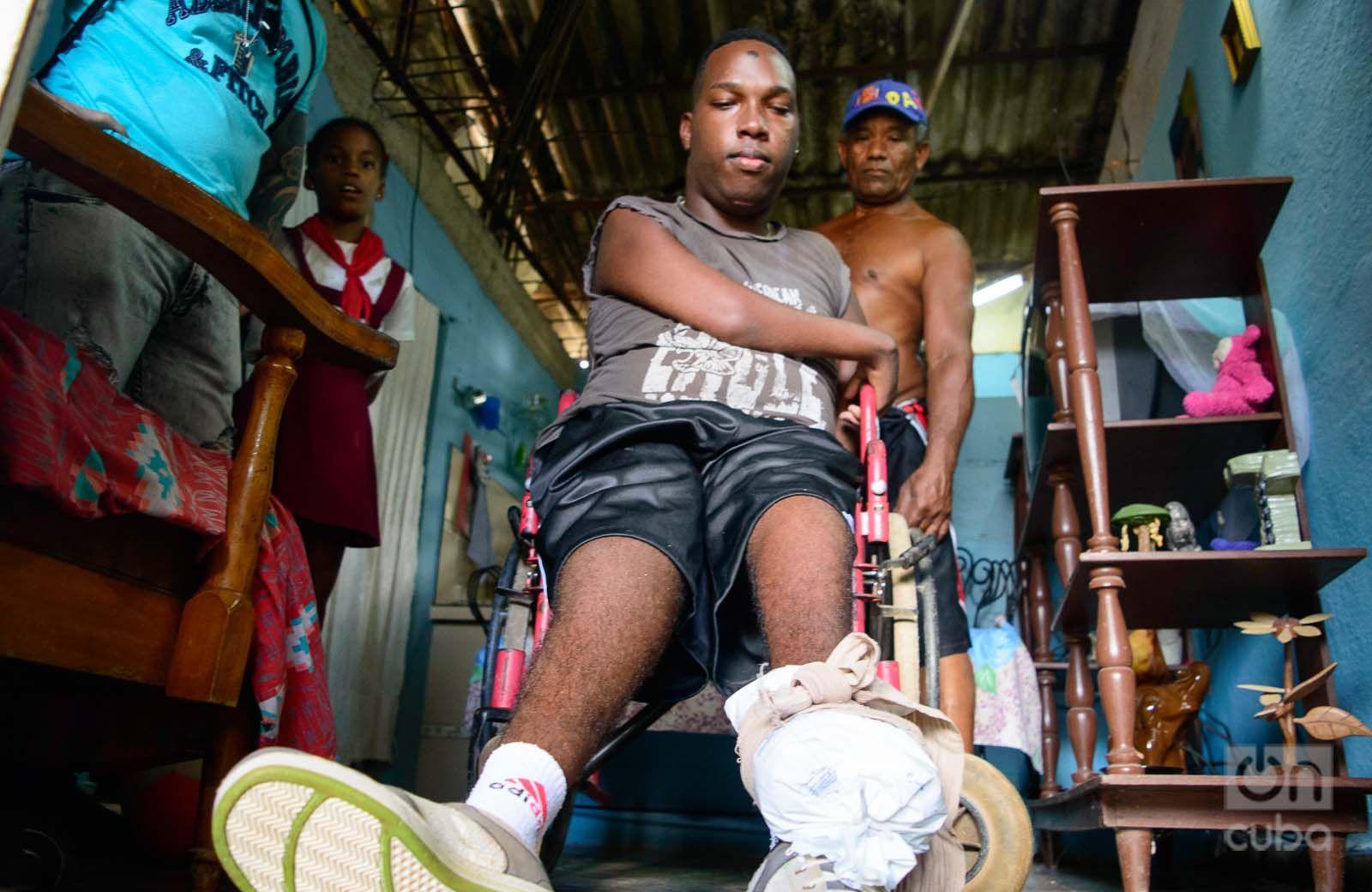 Jarold entrena su pierna izquierda. Foto: Otmaro Rodríguez.