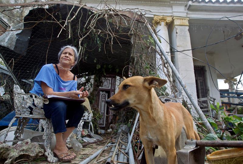 Damnificados por el tornado que azotó diversos barrios de La Habana el 27 de enero de 2019. Foto: Yander Zamora / EFE.