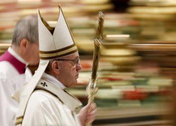 Fotografía tomada con velocidad de obturación lenta del papa Francisco tras celebrar la misa de la Epifanía en la Basílica de San Pedro, en el Vaticano, el domingo 6 de enero de 2019. Foto: Andrew Medichini / AP.