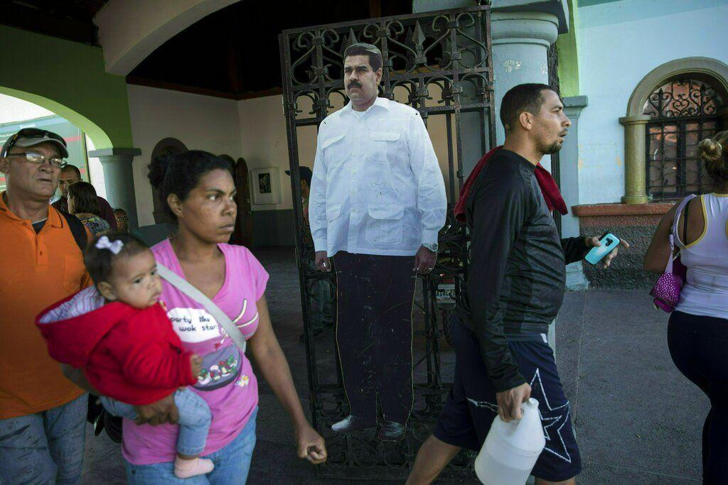 Un cartón recortado a tamaño natural con la fotografía del venezolano Nicolás Maduro en la entrada de un parque público en Caracas, el 25 de enero de 2019. Foto: Rodrigo Abd / AP.