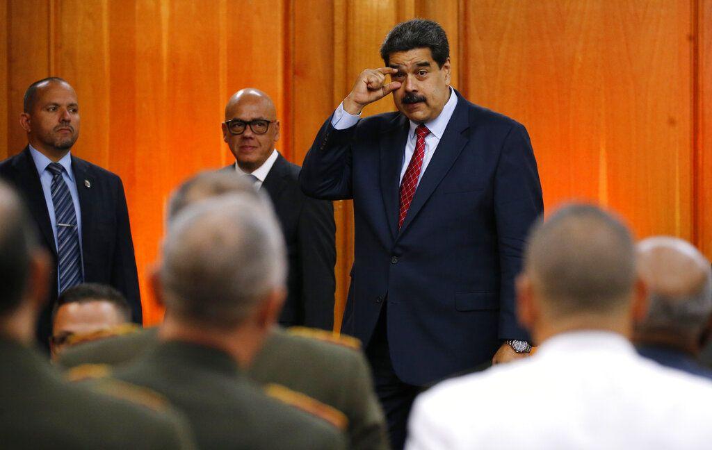 El presidente venezolano, Nicolás Maduro, gesticula para decir a los líderes militares que mantengan los ojos abiertos, hacia el final de una conferencia de prensa en el palacio presidencial de Caracas, el viernes 25 de enero de 2019. Foto: Ariana Cubillos / AP.