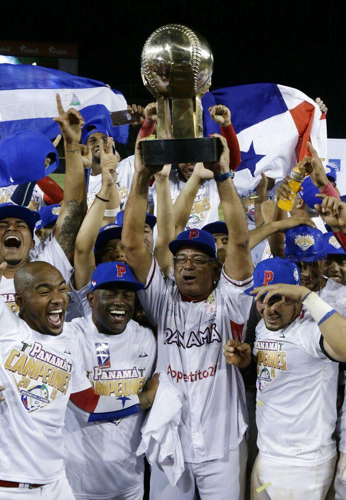 Jugadores del equipo panameño Toros de Herrera levantan el trofeo de campeones de la Serie del Caribe, luego de su victoria 3-0 sobre el conjunto cubano Leñeros de las Tunas en la final del torneo, en el estadio Rod Carew en la ciudad de Panamá, el domingo 10 de febrero de 2019. (AP Foto/Arnulfo Franco)