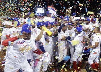 Los Toros de Herrera de Panamá celebran la obtención del campeonato de la Serie del Caribe de béisbol, tras derrotar en la final 3-1 a los Leñadores de Las Tunas de Cuba, en el estadio Rod Carew en la capital de Panamá, el domingo 10 de febrero del 2019. (AP Foto/Arnulfo Franco)