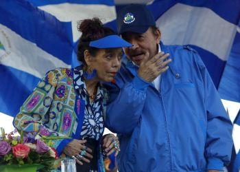 El presidente de Nicaragua, Daniel Ortega, y su esposa y vicepresidenta, Rosario Murillo, presiden una concentración en Managua en 2018. Foto: Alfredo Zuniga / AP / Archivo.