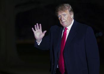El presidente estadounidense Donald Trump al bajarse del helicóptero presidencial en la Casa Blanca en Washington el 3 de febrero del 2019. (AP Photo/Alex Brandon, File)