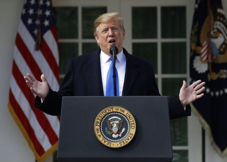 El presidente Donald Trump dice que declarará una emergencia nacional para construir un muro en la frontera con México, en el rosedal de la Casa Blanca, Washington, el viernes 15 de febrero de 2019. Foto: Evan Vucci / AP.