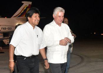 Evo Morales (izq) es recibido en el aeropuerto de La Habana por el presidente cubano Miguel Díaz-Canel, la noche del 31 de enero de 2019. Foto: Granma.