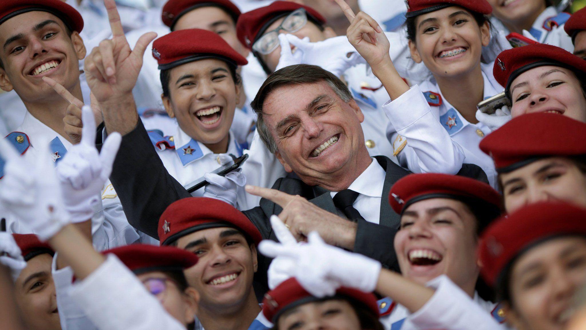 El entonces candidato Bolsonaro, con estudiantes de un colegio militar en Brasilia, en abril de 2018. Foto: Ueslei Marcelino /Reuters.