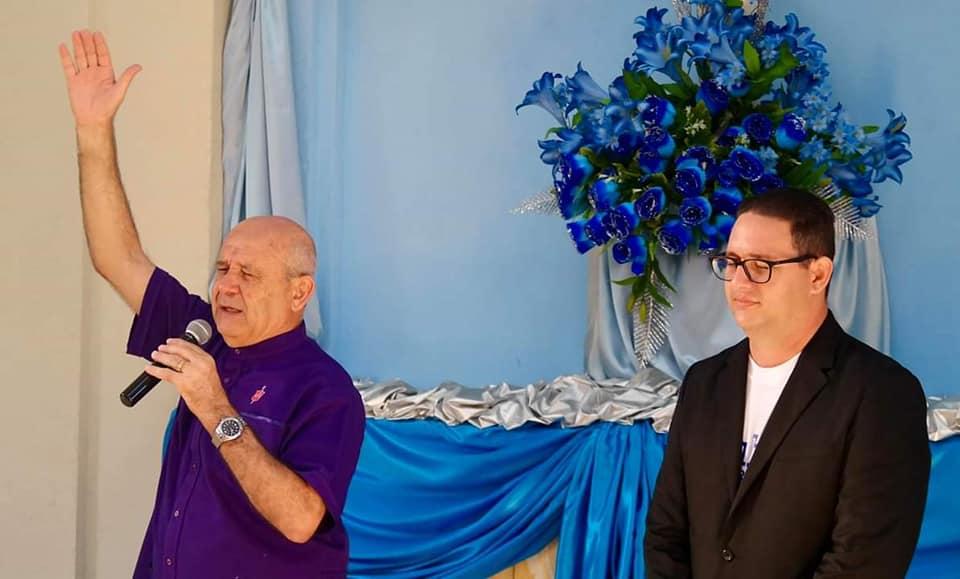 El obispo Ricardo Pereira y el pastor Lester Fernández en la iglesia de K y 25. Foto: Iglesia Metodista.