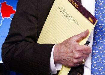 El asesor de seguridad nacional John Bolton sostiene una libreta durante una conferencia de prensa en la Casa Blanca el lunes 28 de enero de 2019 en Washington. (AP Foto/ Evan Vucci)